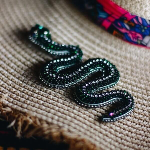 žalsvos spalvos gyvatės formos sagė