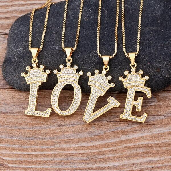 Pakabukas grandinėlė su abėcėlės raide ir karūna pavyzdys LOVE