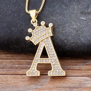 Pakabukas grandinėlė su abėcėlės raide ir karūna