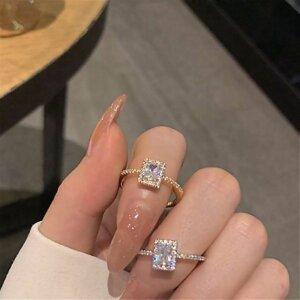 Prabangus spindintis žiedas su mažu kristalu