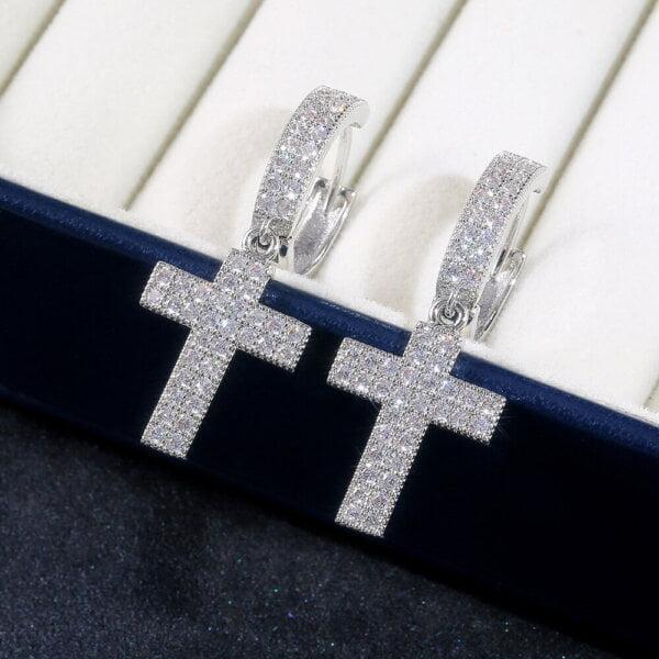 Stilingi kryžiaus formos kabantys auskarai