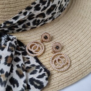 Auksinės spalvos ovalo formos auskarai papuošti mažais dirbtiniais perliukais-1