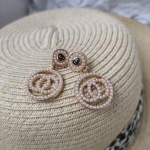 Auksinės spalvos ovalo formos auskarai papuošti mažais dirbtiniais perliukais-3