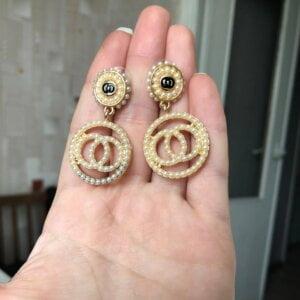 Auksinės spalvos ovalo formos auskarai papuošti mažais dirbtiniais perliukais-4