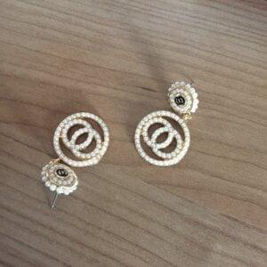 Auksinės spalvos ovalo formos auskarai papuošti mažais dirbtiniais perliukais-5