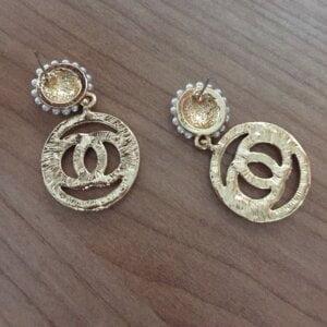 Auksinės spalvos ovalo formos auskarai papuošti mažais dirbtiniais perliukais-6