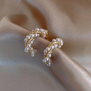 Auksinės spalvos ovalo formos auskarai papuošti mažais perliukais-1