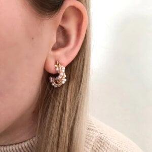Auksinės spalvos ovalo formos auskarai papuošti mažais perliukais-10