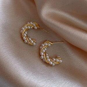 Auksinės spalvos ovalo formos auskarai papuošti mažais perliukais-2