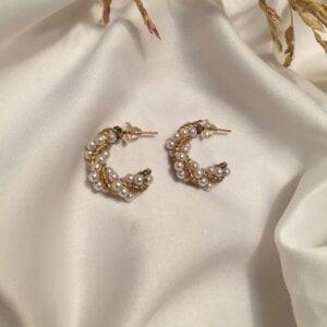 Auksinės spalvos ovalo formos auskarai papuošti mažais perliukais-3